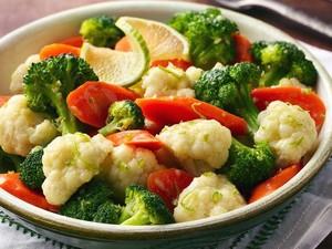 Cara Terbaik Makan Sayur agar Manfaatnya Maksimal, Mentah atau Dimasak?