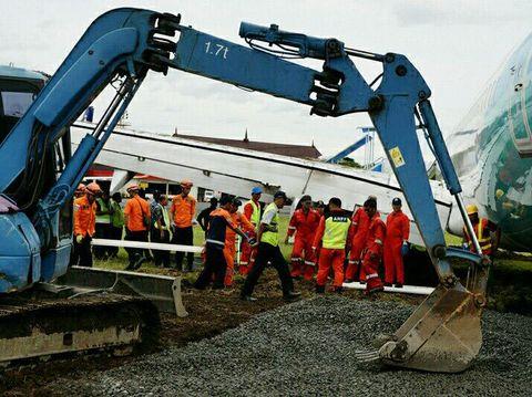 Penampakan Proses Evakuasi Pesawat yang Tergelincir di Bandara Yogya
