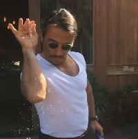 Chef Turki yang Viral Ini Berhasil Menabur Garam di Atas <i>Beefsteak</i> Leonardo DiCaprio