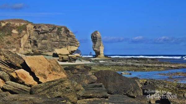 Di ujung timur Pantai Tanjung Aan ada Batu Payung yang unik. Ini adalah batu karang yang dibentuk alami oleh erosi menjadi seperti cendawan (Siti Avianty/dTraveler)