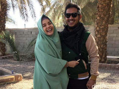 Suami Cerita Sabarnya Dewi Sandra Jalani Umrah dengan Kursi Roda