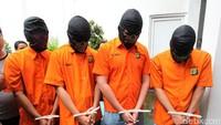 Para tersangka dan sejumlah barang bukti digerebek oleh polisi di Surabaya.