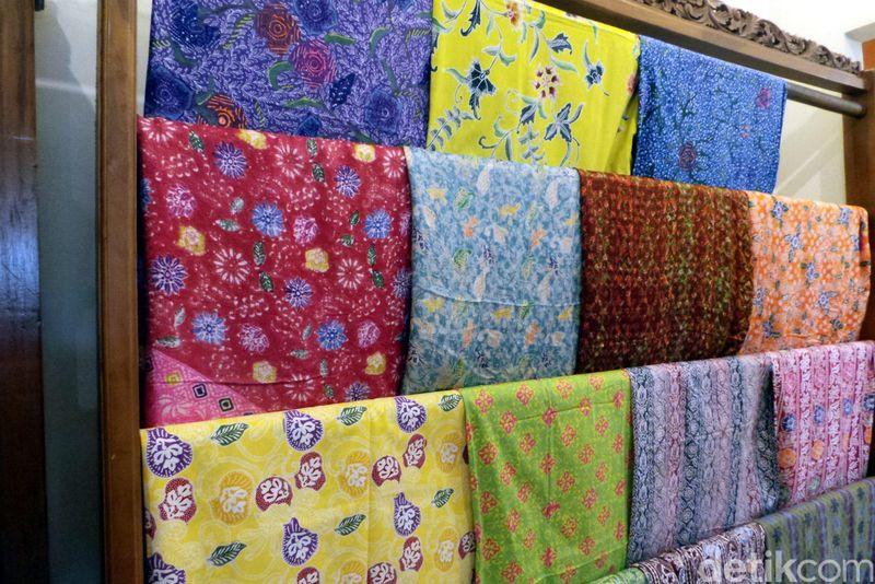 Foto: Kain batik khas Riau ini memiliki motif-motif yang menarik. Selain itu, di balik motif-motif cantik ini terkandung filosofi hidup yang patut untuk diresapi (Wahyu/detikTravel)