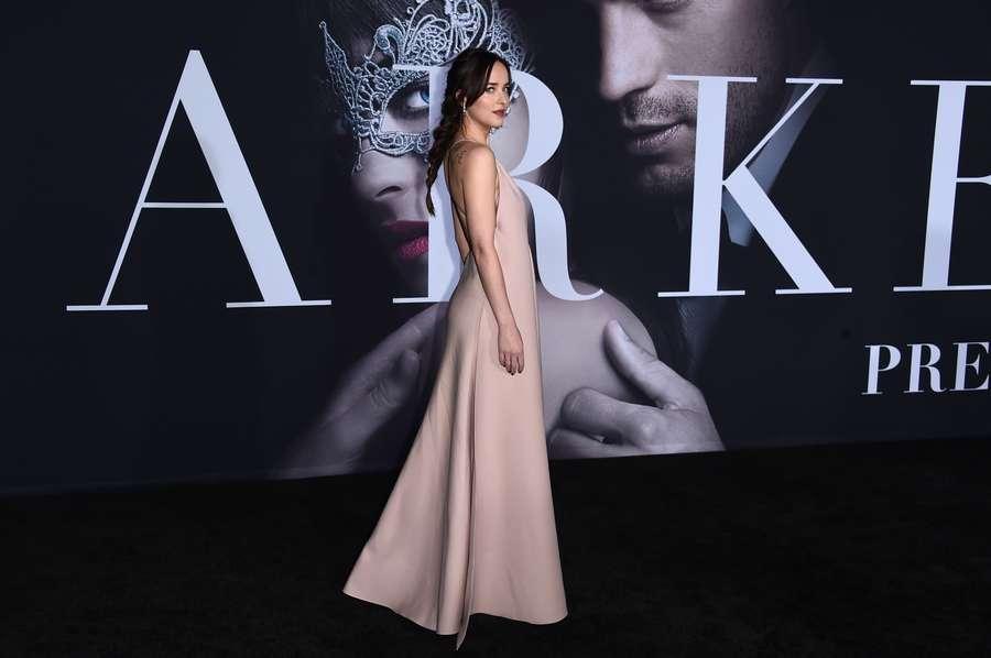 Stunning! Dakota Johnson Tampil dengan Dress Seksi