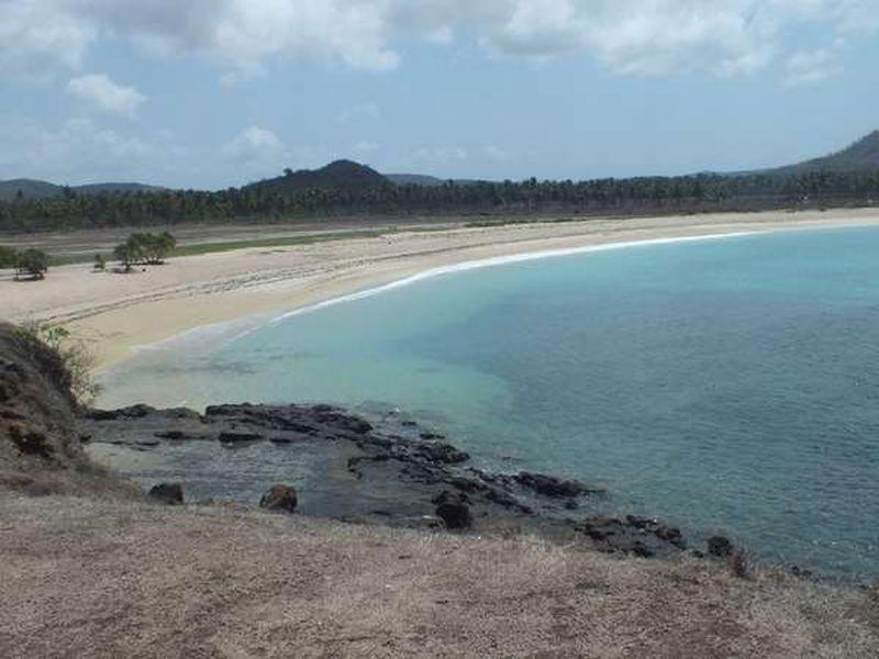 Pantai Tanjung Aan merupakan salah satu daya tarik wisata di Pulau Lombok. Letaknya, sekitar 3 kilometer dari Pantai Kuta Lombok (Nindya Herdianti/dTraveler)