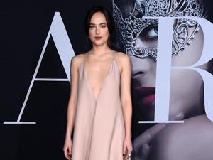 <i>Stunning</i>! Dakota Johnson Tampil dengan Dress Seksi