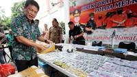 Direktur Narkoba Polda Metro Jaya Kombes Pol Nico Afinta memperlihatkan sejumlah barang bukti berupa tembakau gorilla.
