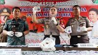 Kapolda Metro Jaya Irjen Pol M Iriawan, bersama Direktur Narkoba Polda Metro Jaya Kombes Pol Nico Afinta dan Kabid Humas Polda Metro Jaya Kombes Pol Raden Prabowo Argo saat memperlihatkan barang bukti berupa paket tembakau gorilla di Polda Metro Jaya, Jumat (3/2/2017).