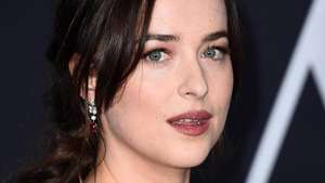 Stunning! Dakota Johnson Tampil dengan Dress Seksi