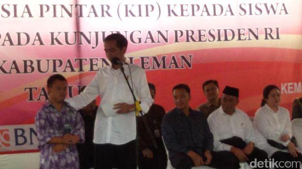 Presiden Jokowi saat bagikan KIP.