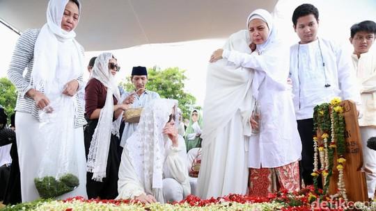 Suasana Pemakaman Ibunda Terry Putri