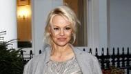 Pamela Anderson Pemotretan Fashion Tanpa Busana di Usia 52