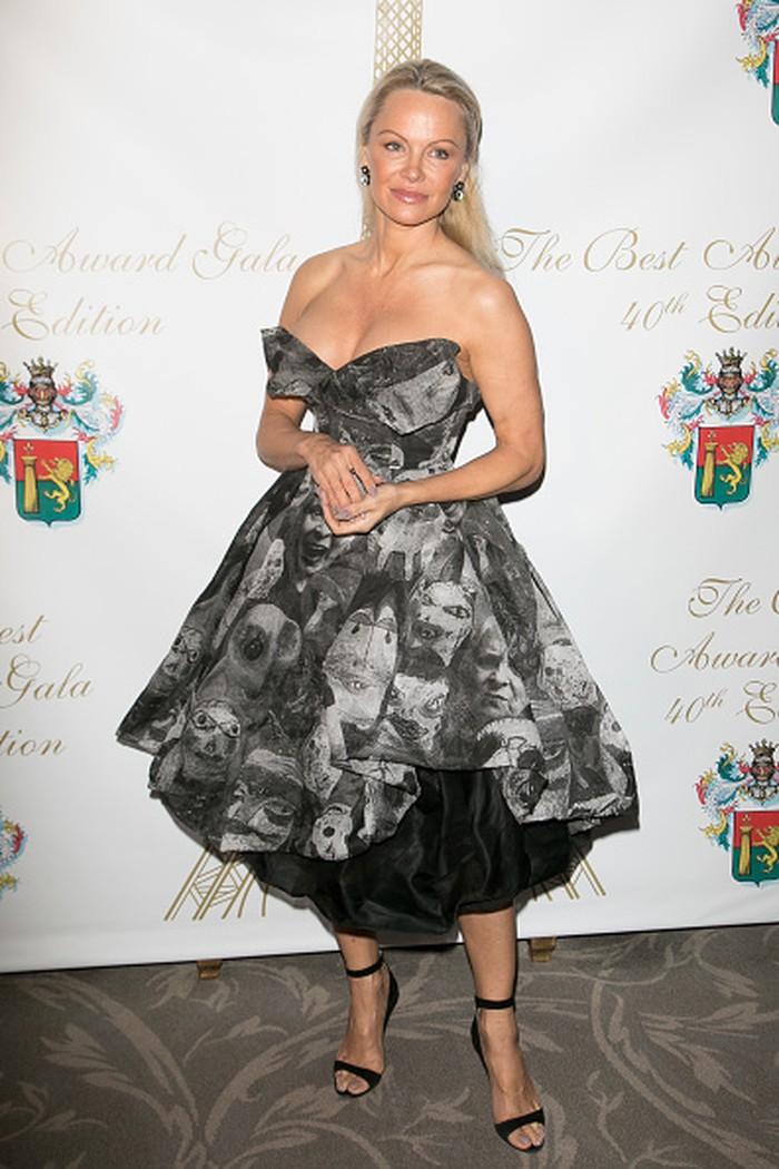 Pamela Anderson di tahun 1999 memutuskan untuk menghilangkan implan dadanya agar terlihat lebih alami. Ukurannya pun berubah dari 34D ke 34C, dikutip dari Health. Foto: Dok. Getty Images