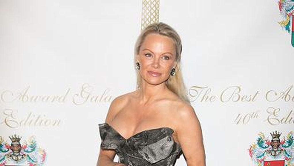 Tampil Anggun dengan Makeup Natural, Pamela Anderson Nyaris Tak Dikenali