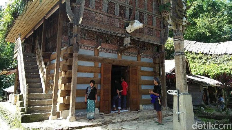 Di Kete Kesu traveler bisa belajar banyak soal adat dan budaya Toraja. Kalau mau lihat awal mula dan filsafah orang Toraja, traveler harus singgah di museumnya (Bonauli/detikTravel)