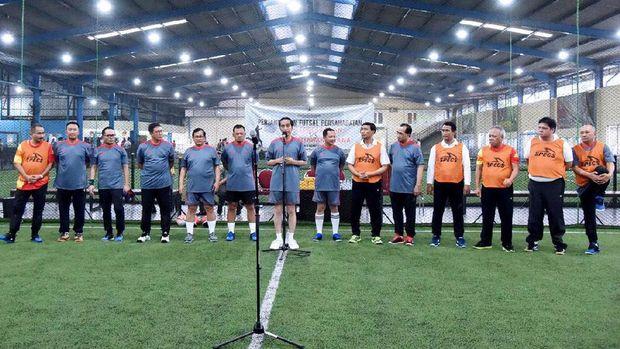 Gaya Jokowi Main Futsal Bareng Menteri dan Wartawan