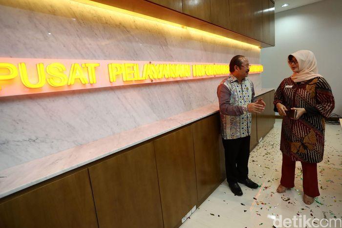 Ketua Ombudsman Amzulian Rifai dan Wakil Ketua Ombudsman Lely Pelitasari Soebekty meresmikan pusat pelayanan laporan masyarakat, Rabu (8/2/2017).