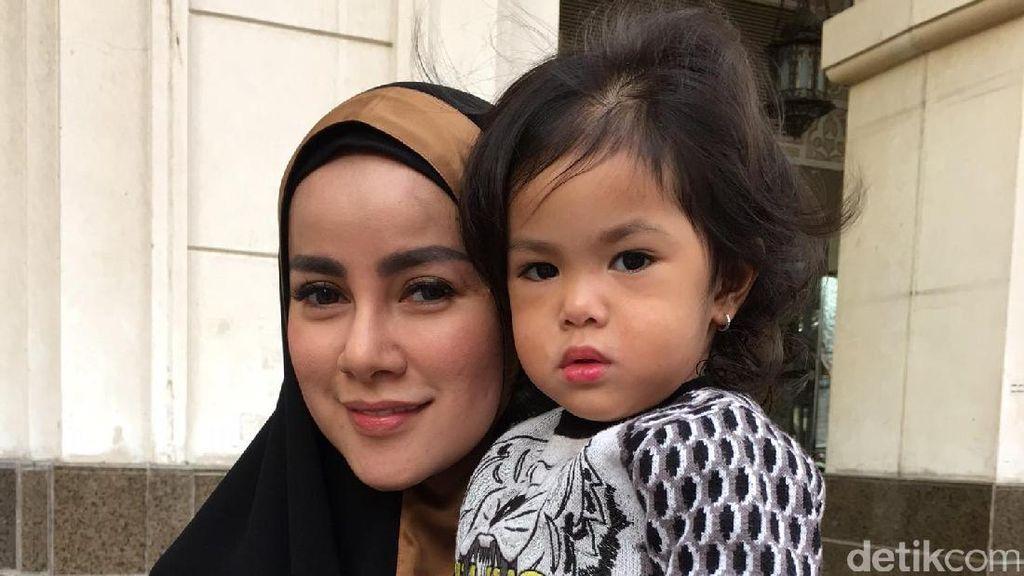 7 Gaya Stylish nan Menggemaskan Putri Olla Ramlan Saat Umrah