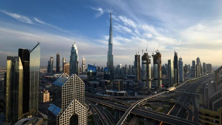 Dubai di Uni Emirat Arab memang menjadi tujuan destinasi wisata di dunia. Berikut lanskap foto Kota Dubai di malam dan siang hari.