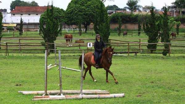 De Ranch Lembang Bandung memiliki area berkuda yang luas. Traveler bisa merasakan sensasi naik kuda ala koboi. (Van Alvin/dTraveler)