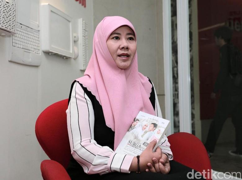 Foto Bareng Jokowi, Asma Nadia Pose 2 Jari Dukung Prabowo