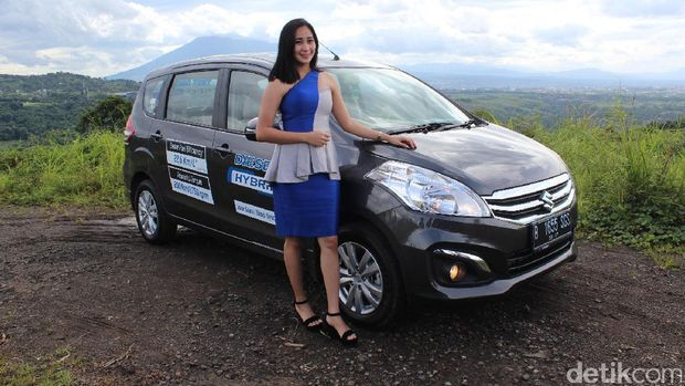 Model berpose dengan Suzuki Ertiga