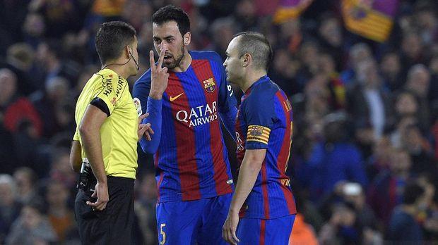 Sergio Busquets (tengah) sudah menjabat sebagai salah satu wakil kapten Barcelona sejak musim 2014/2015.