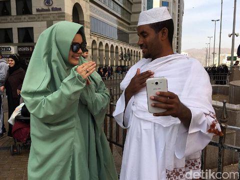 Merdunya Suara Dewi Sandra Saat Nyanyi Lagu Maher Zain di Madinah