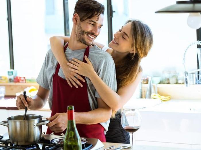 Ilustrasi suami memasak untuk istrinya. (Foto: iStock)