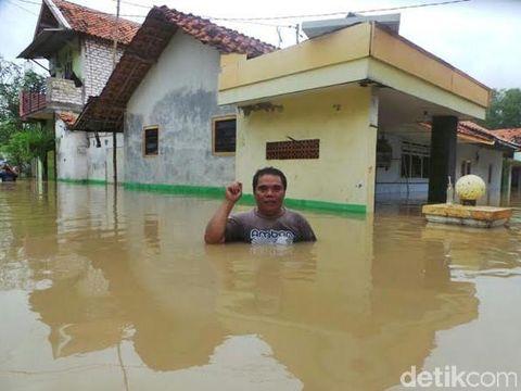 Banjir di salah desa setinggi dada orang dewasa