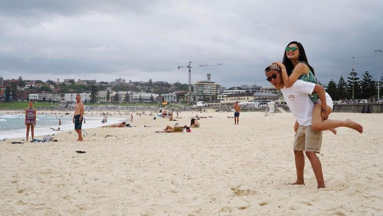 Arief Muhammad-Tiara Pangestika (Tipang) liburan ke Bondi Beach, Australia (Arief Muhammad/Instagram/Istimewa)
