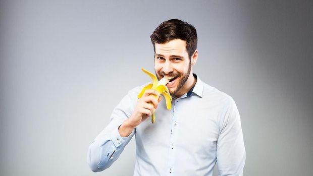 ilustrasi pria makan pisang