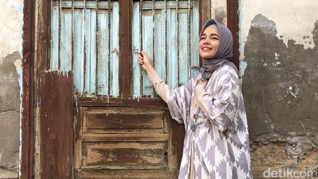 Foto: Gaya Hijab Syari Dewi Sandra Selama Umrah