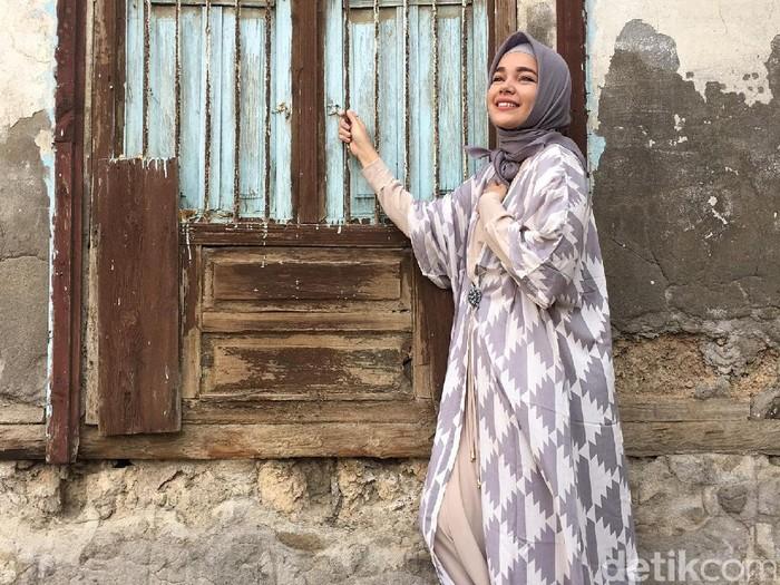 Foto Gaya Hijab Syar I Dewi Sandra Selama Umrah