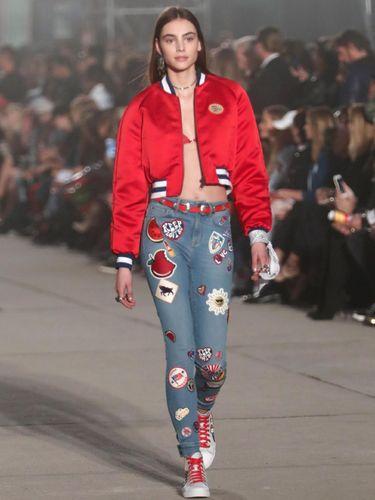 Gigi Hadid dan Para Model Pakai Bandana Putih di Tangan, Apa Artinya?