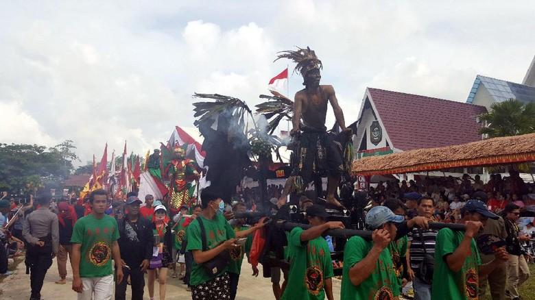 Pawai Tatung yang ditunggu-tunggu saat perayaan Cap Go Meh Singkawang (Fitraya/detikTravel)