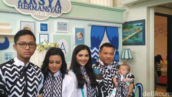 Kompaknya Keluarga Anang-Ashanty di Akikahan Arsya