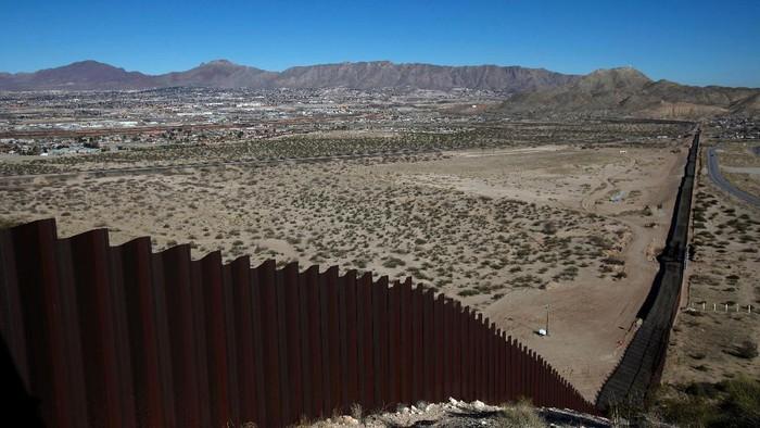 Tembok pemisah AS dan Meksiko terlihat membelah perbatasan kedua negara. Tembok yang menghabiskan dana Rp 287 triliun itu dibangun atas perintah Presiden Donald Trump.