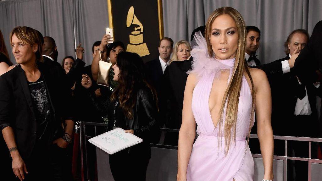 Trend Alert! Gaun Keyhole Jadi Andalan Seleb di Grammy Awards 2017