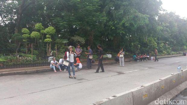 Massa pro Ahok di depan gedung Kementan