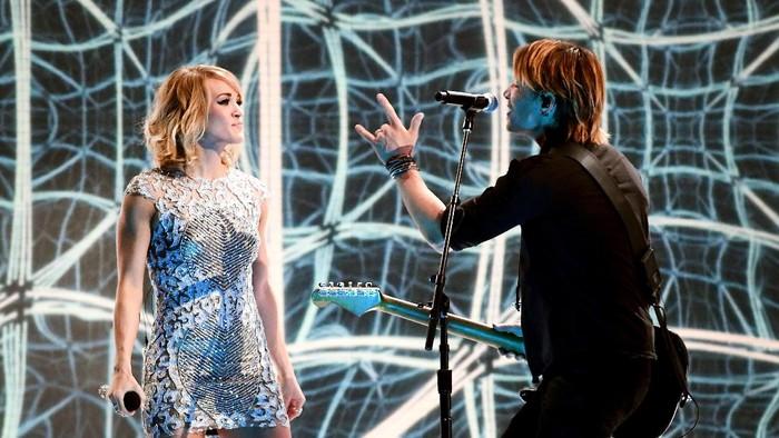 Carrie Underwood saat tampil bersama Keith Urban di Los Angeles (Foto: Kevork Djansezian/Getty Images)