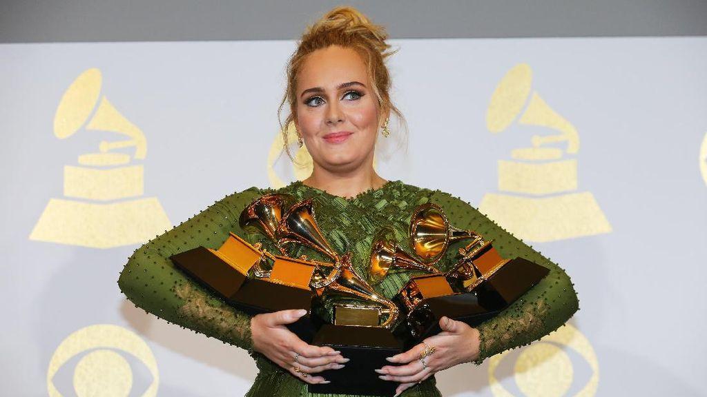 Adele dan James Bond Menyelamatkan Pochettino di Inggris