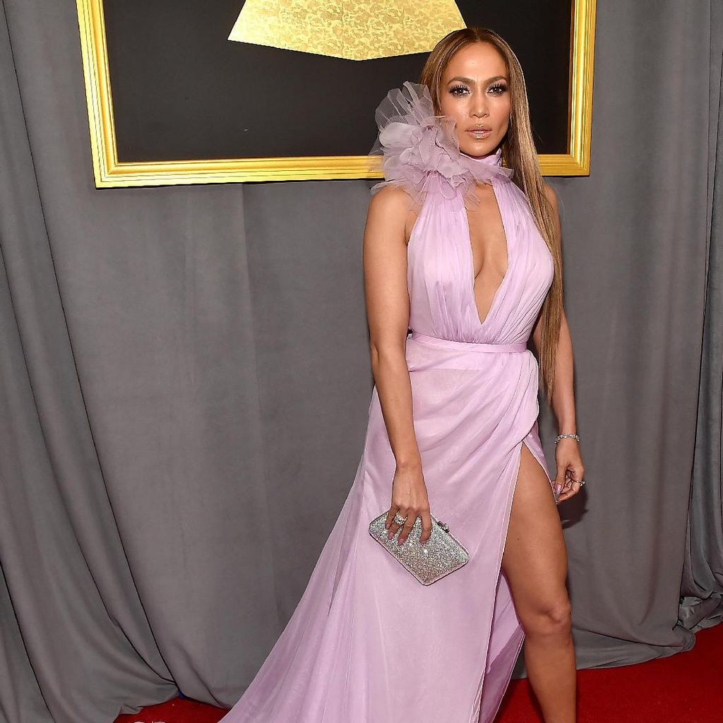 Gaun Seksi J-Lo Berubah Jadi Sneakers, Dijual Rp 15 Juta