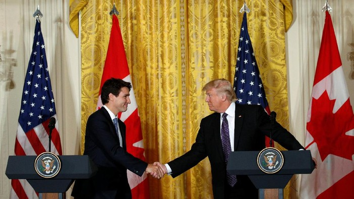 Canadian Prime Minister Justin Trudeau (L) and U.S. President Donald Trump shake hands during a joint news conference at the White House in Washington, U.S., February 13, 2017. REUTERS/Kevin Lamarque