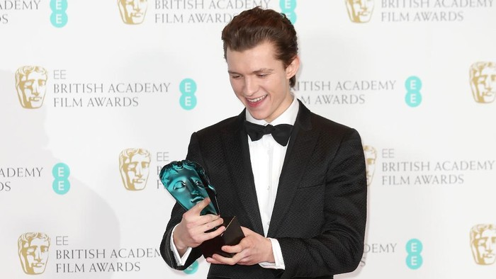 LONDON, ENGLAND - FEBRUARY 12:  EE Rising Star winner actor Tom Holland poses with his award in the winners room during the 70th EE British Academy Film Awards (BAFTA) at Royal Albert Hall on February 12, 2017 in London, England.  (Photo by Chris Jackson/Getty Images)