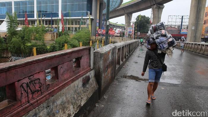 Normalisasi sungai Pesanggrahan efektif mengendalikan debit air. Hasilnya, meski hujan deras mengguyur, Pasar Cipulir kini bebas banjir.