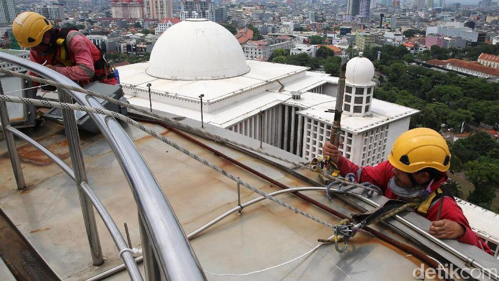 Kala Pecinta Alam Bersihkan Masjid Istiqlal