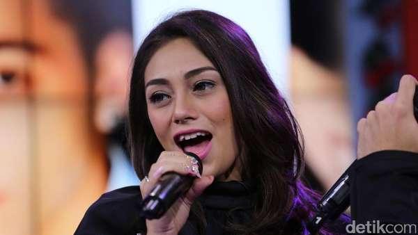 Celine Evangelista Bantah Sudah Hamil