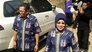 Pakai Batik Betawi, Sylviana Mencoblos Bareng Gde Sardjana