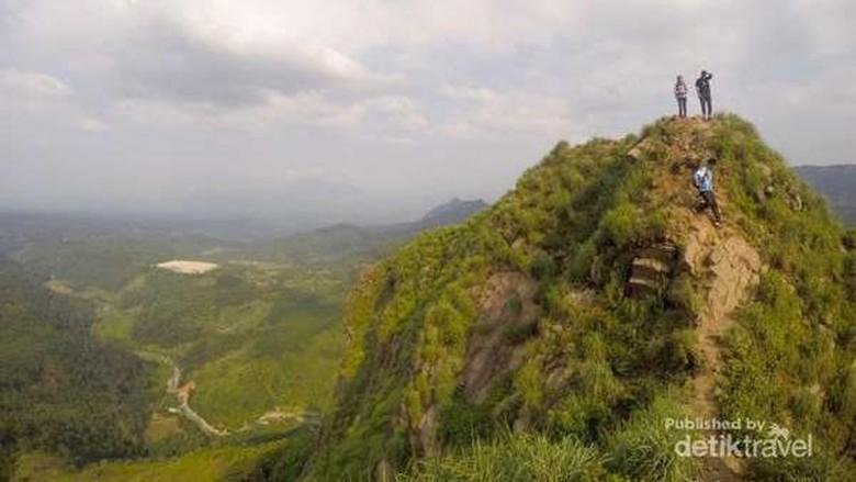 6 Fakta Gunung Batu Jonggol yang Mungil Tapi Menantang Foto: (Pradikta Kusuma/dTraveler)